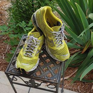 Mizuna yellow size 8 wave creation shoe!